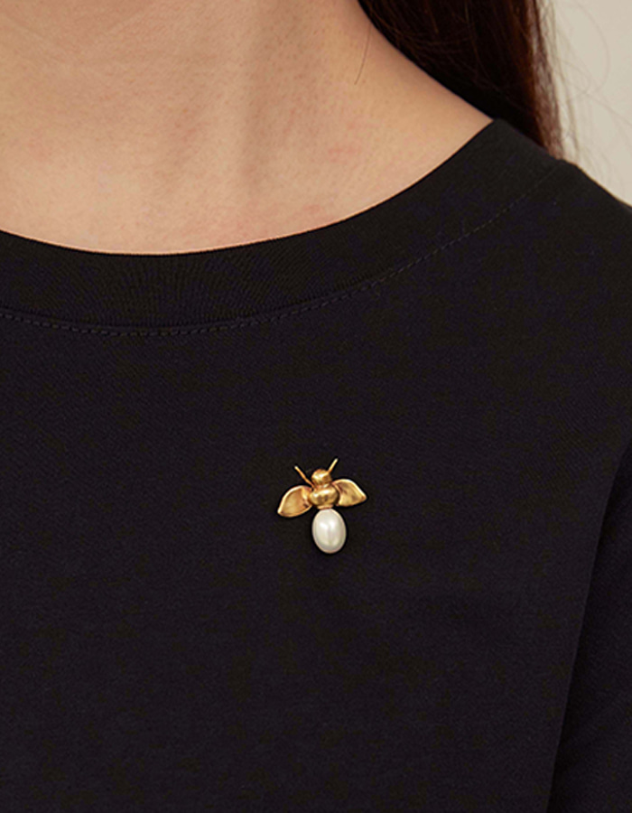 Only al,thing) bee brooch