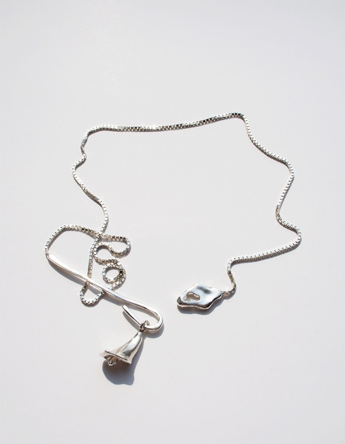 inodore) Loop calla necklace