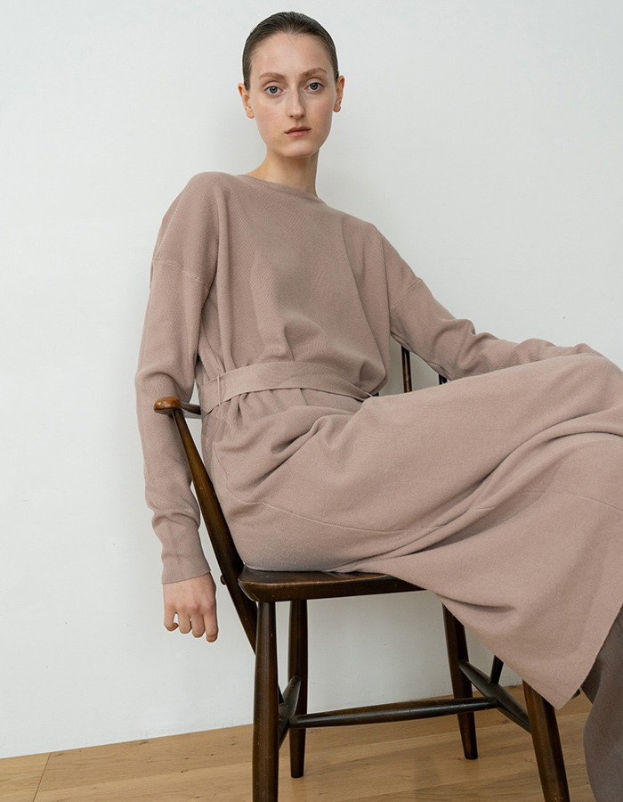 RE RHEE) BELTED SOFT KNIT MIDI DRESS